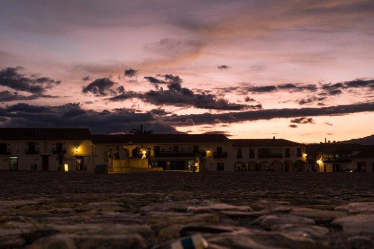 coucher de soleil sur la place de villa de leyva voyage en Colombie