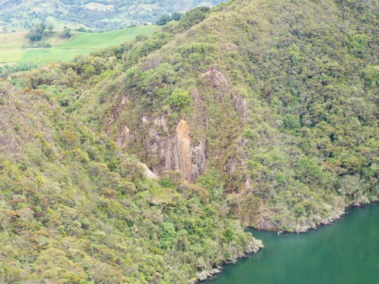 entaille dans la montagne à la lagune de guatavita