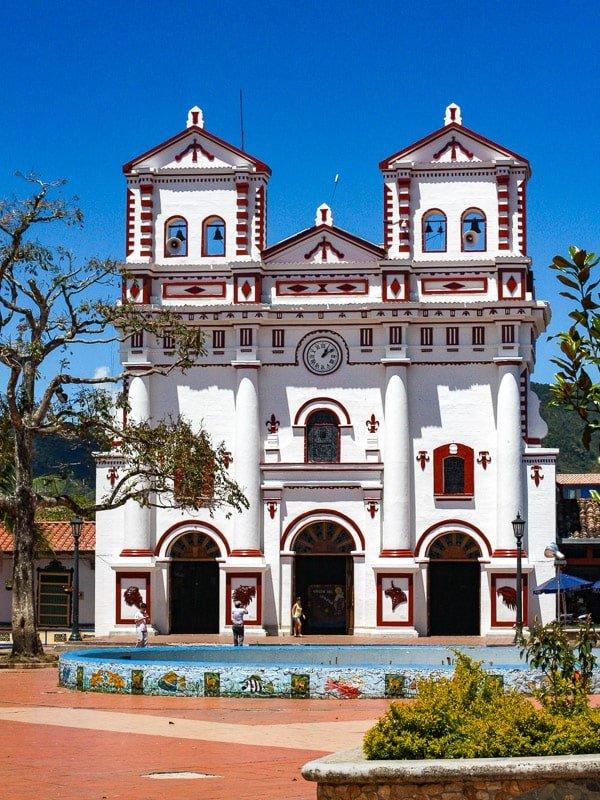village de guatape et son église colorée incontournable d'un voyage en colombie