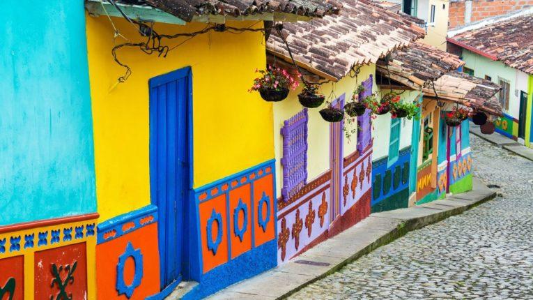 village de guatape et ses maisons colorées incontournable d'un voyage en colombie