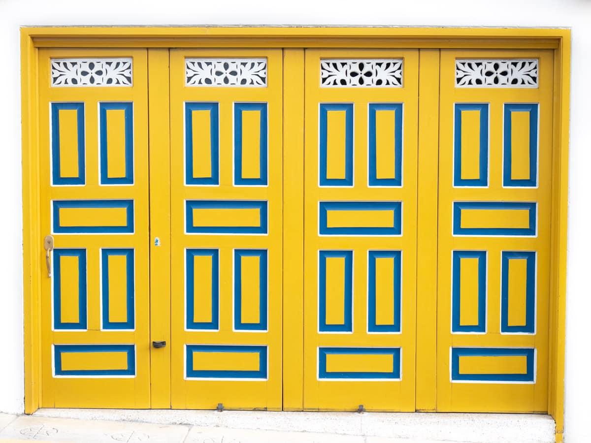 Les portes de couleurs du village patrimoine de Jerico près de Medellin en Colombie