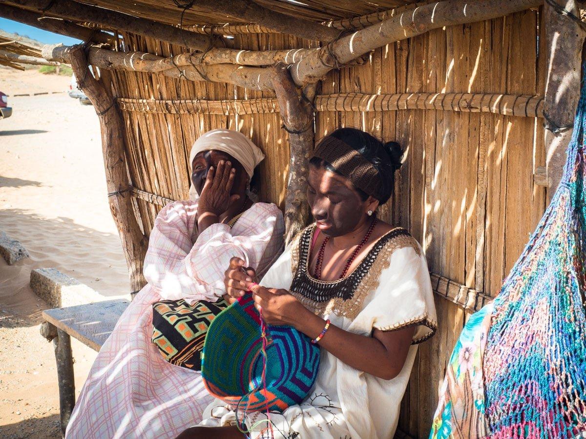 femmes wayuu tissant la mochila au cabo de la vela guajira colombie