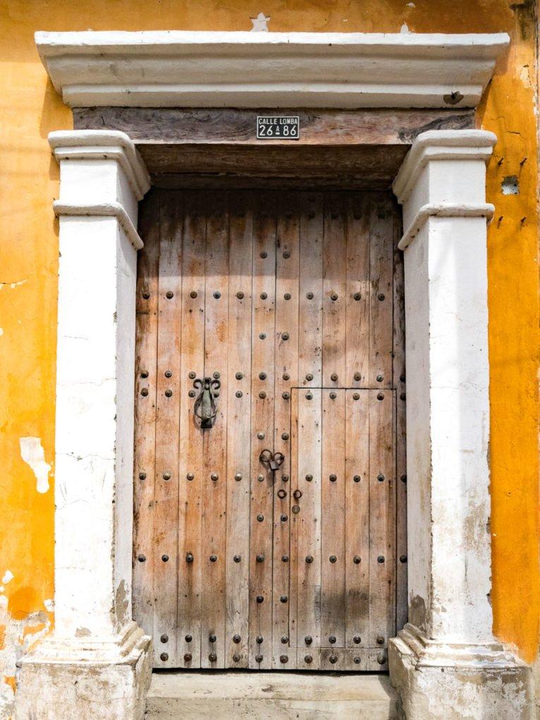porte coloniale à Getsemani, quartier historique de Cartagena en Colombie