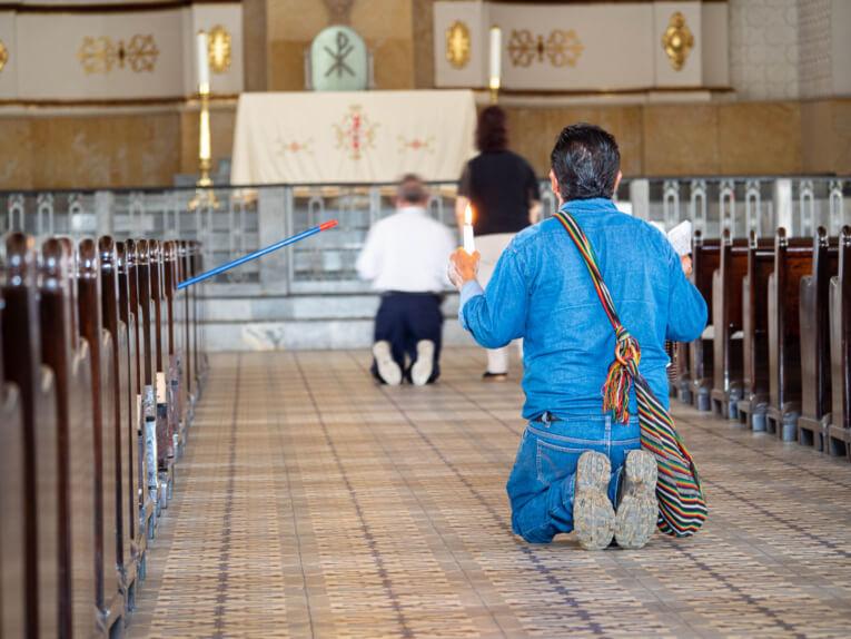 Fidèle de la basilique de Giron en Colombie